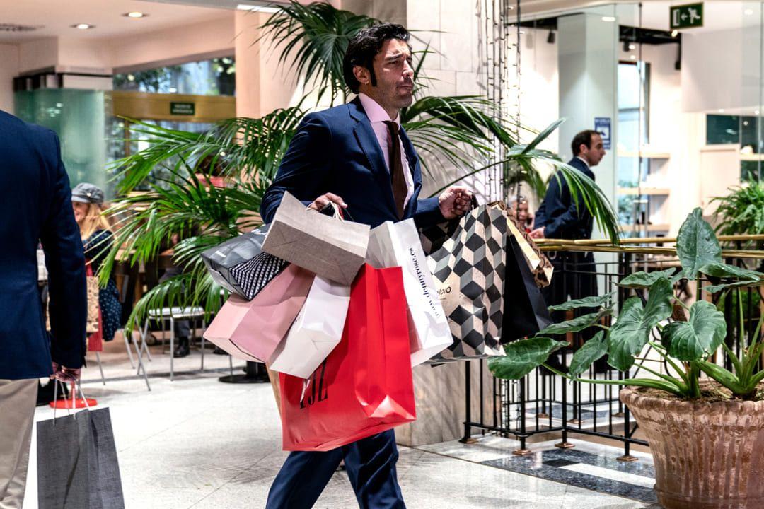 Álex García de compras en la película Si yo fuera rico