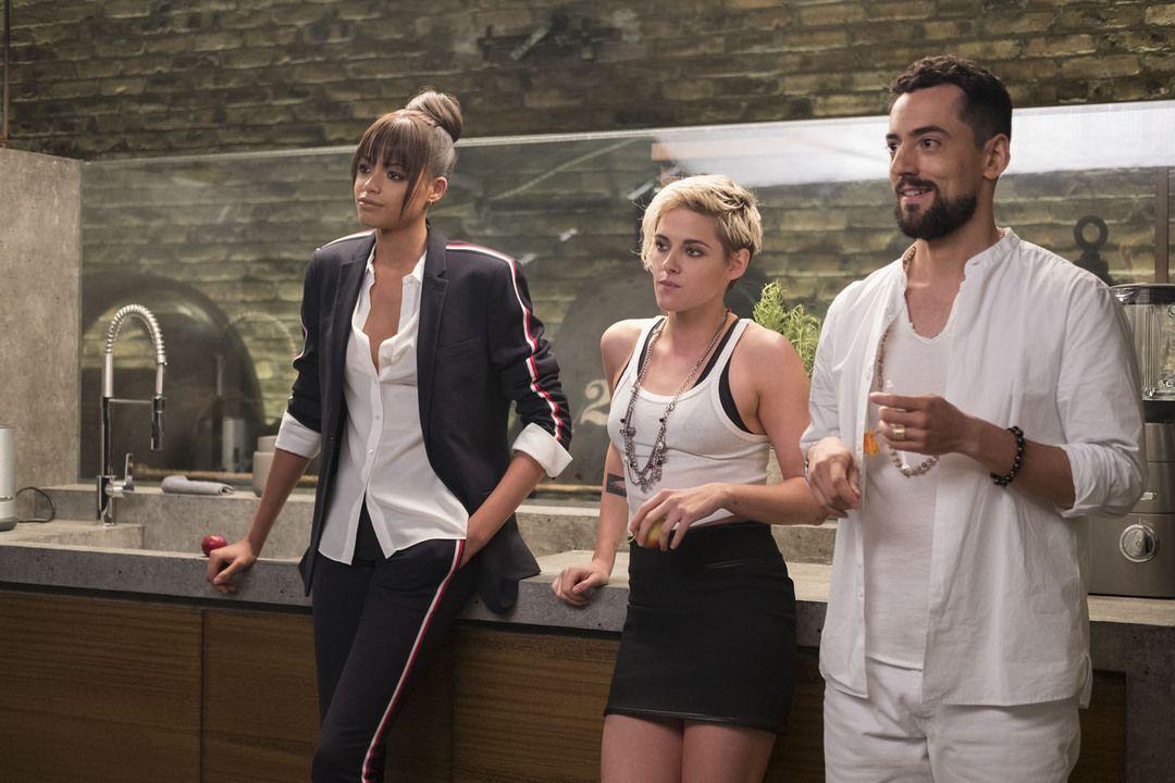 Ella Balinska, Kristen Stewart y Luis Gerardo Méndez en la película