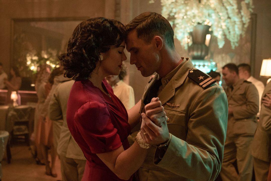 Ed Skrein y Mandy Moore en la película
