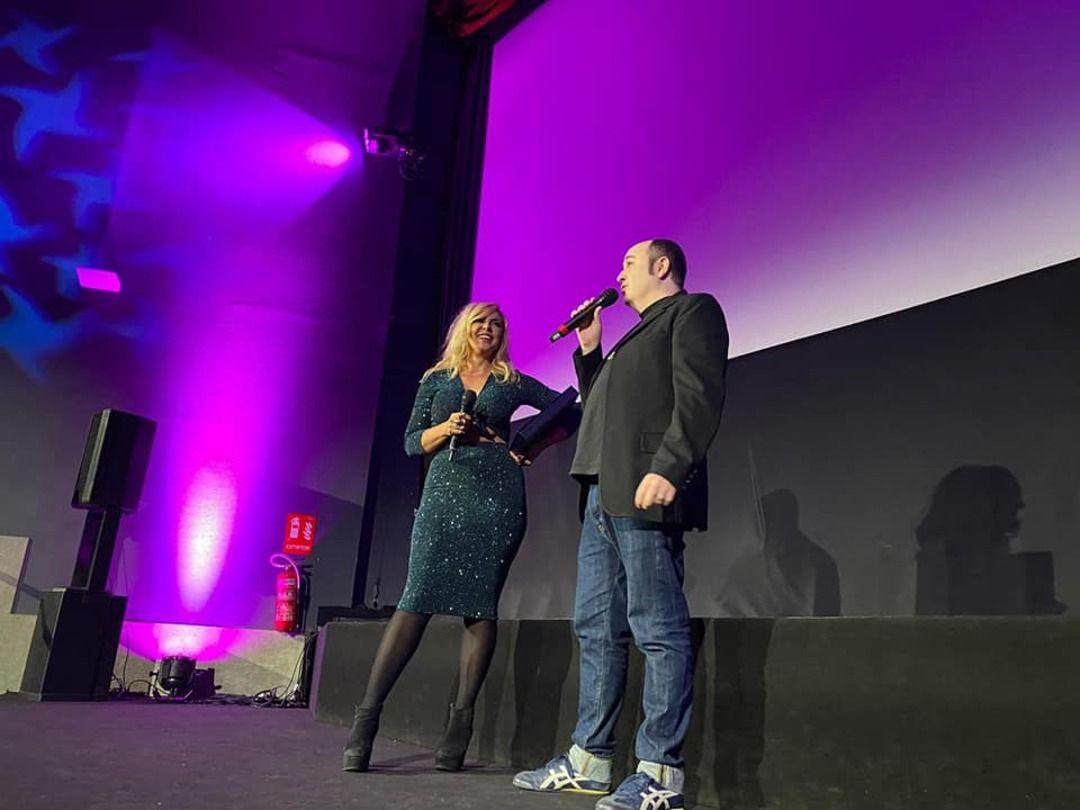 Carlos Areces entrega el premio Jess Franco a Silvia Superstar