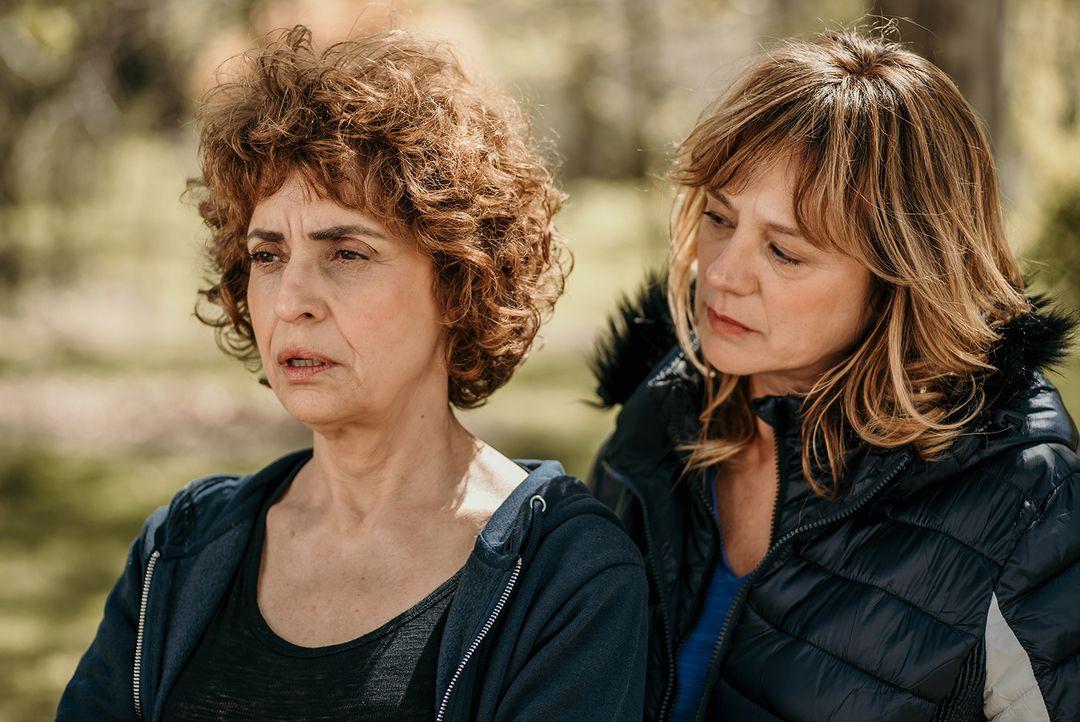 Adriana Ozores y Emma Suárez durante la película