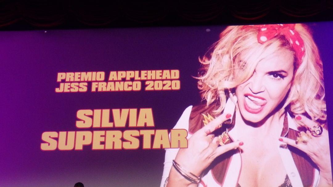 Silvia Superstar en la Cutrencon 2020, premio Jess Franco
