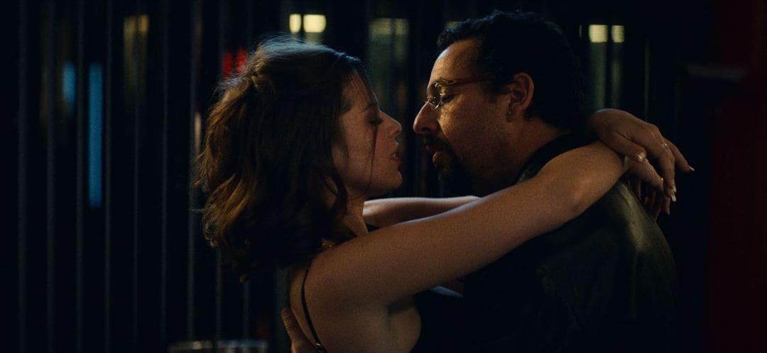 Adam Sandler y Julia Fox en la película