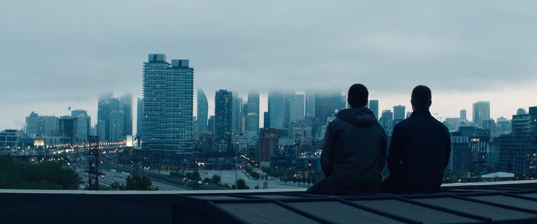 Escena de la película Code 8 Regenerados de Netflix