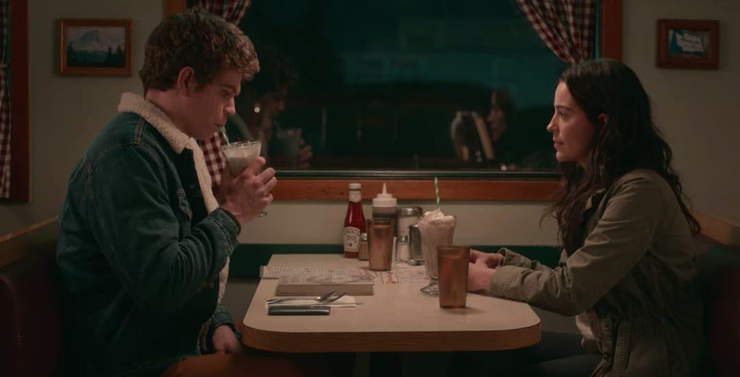 Paul Munsky (Daniel Diemer) y Aster Flores (Alexxis Lemire)