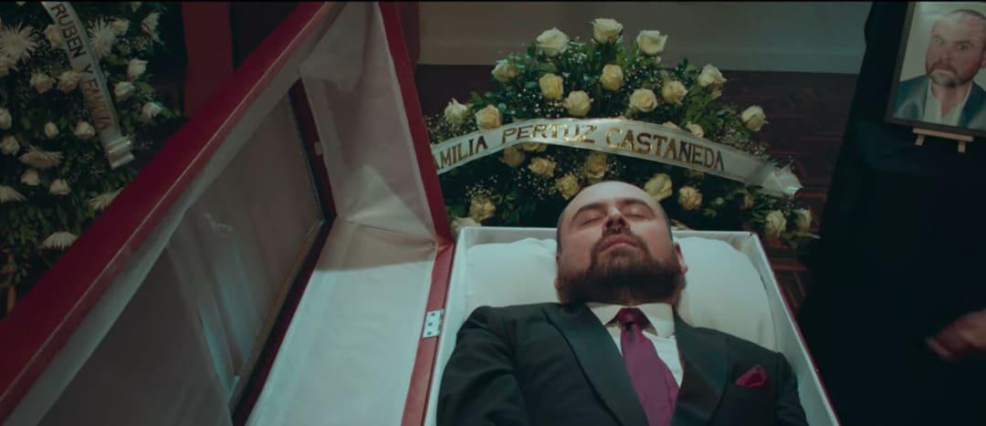 Este muerto está muy vivo