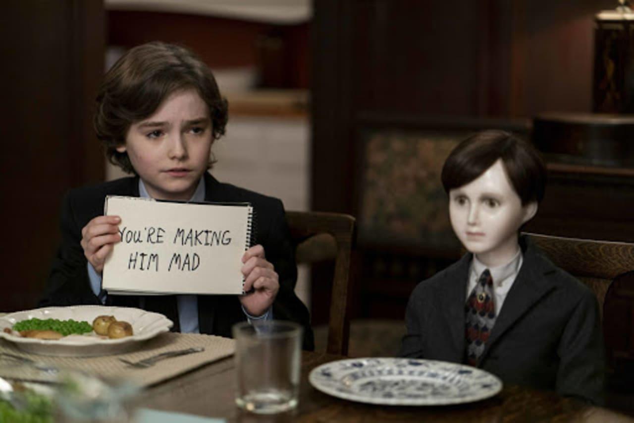 Jude (Christopher Convery) y su terrorífico muñeco