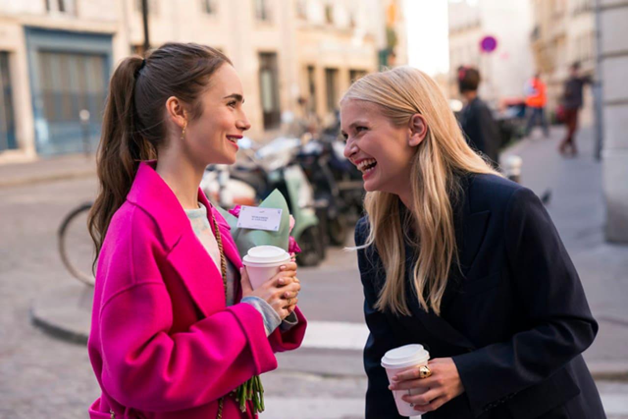 Escena de la serie Emily en París de Netflix